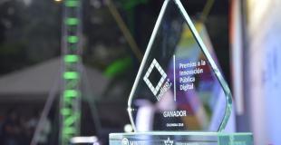 Fotografia del premio entregado en los Premios Índigo+